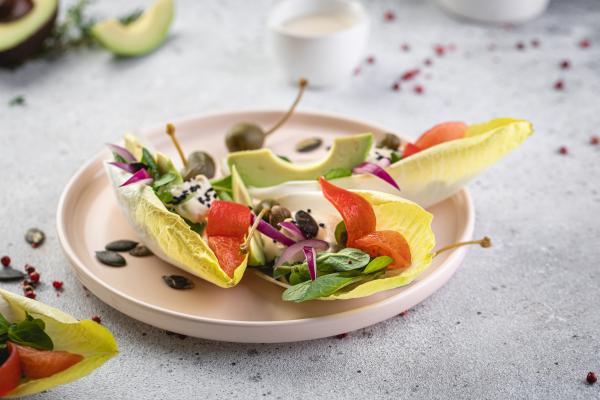 Листя цикорію з хумусом і авокадо