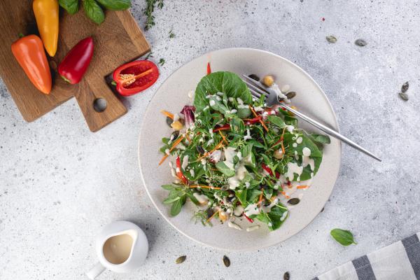 Легкий салат з тахіні й нутом